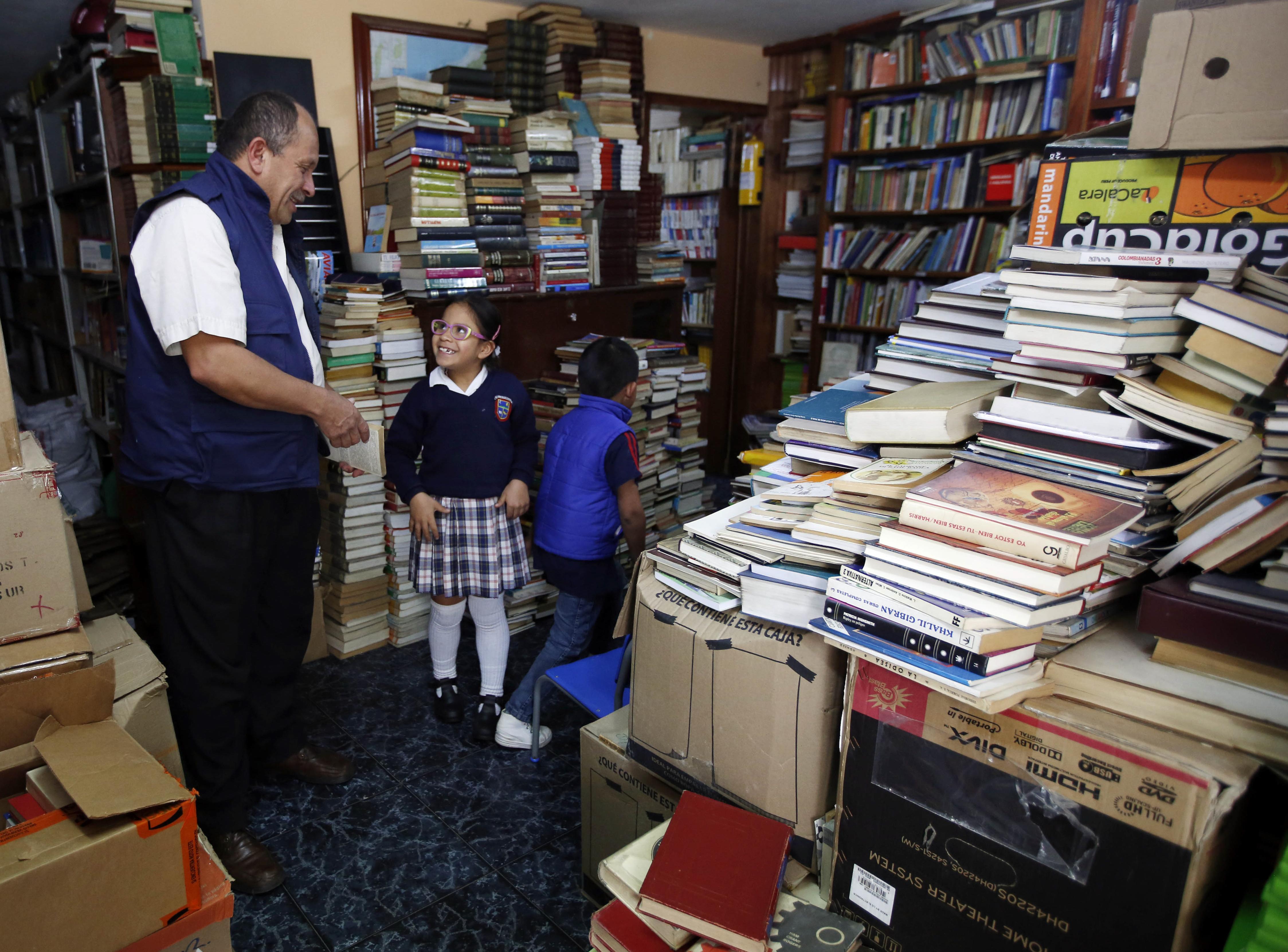 Colombiaanse vuilnisman spaart boeken en leent deze uit aan de armen