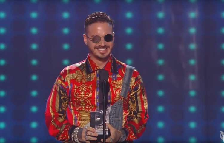 J-Balvin-ontvangt-prijs-bij-Premios-Juventud