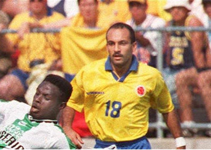 Oud-international Diego Osorio is gearresteerd op vliegveld El Dorado. Osorio speelde in het tijdperk van Asprilla, Rincon en Valderrama en nam deel aan het Olympisch voetbaltoernooi van '92 in Barcelona. Daarnaast speelde hij op de edities van de Copa America van 1991 en 1993. Osorio werd vlak voor zijn vlucht naar Spanje in Bogotá opgepakt, hij had een kilo cocaïne op zak. De voormalig international, inmiddels 46 jaar, was vooral bekend als speler van Atletico Nacional. Hij had de kilo cocaïne verstopt in zijn onderbroek. Helaas voor hem werd hij opgepakt toen hij naar zijn woonplaats Madrid terug wilde keren. Dit was voor Osorio echter niet de eerste keer dat hij werd gepakt. In 2002 werd hij ook al eens opgepakt voor cocaïnesmokkel.