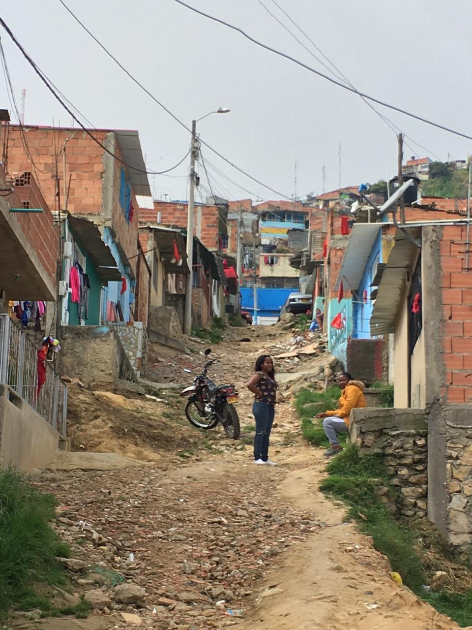 Colombianen hangen rode zakdoeken op bij behoefte humanitaire steun